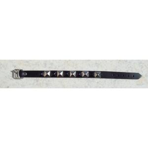 Bracelet cuir avec clous.